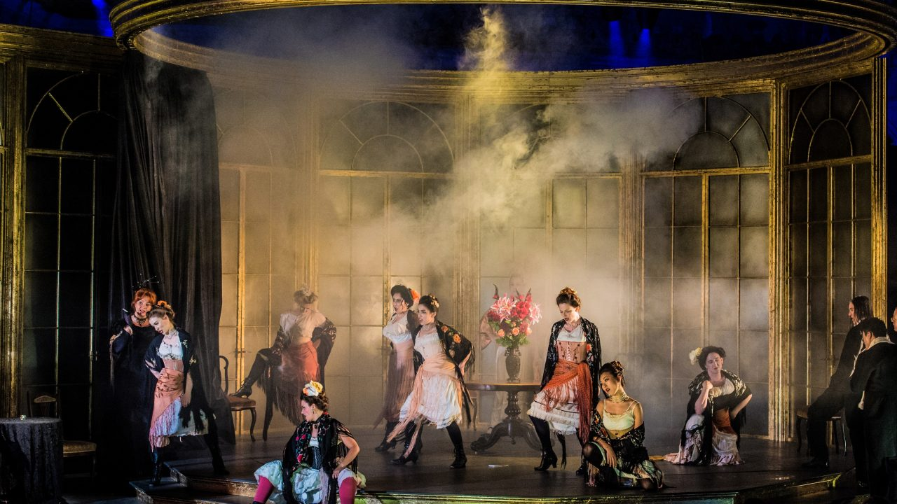 Opera Holland Park Chorus in La traviata, 2018 © Robert Workman