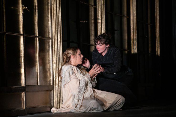 Lauren Fagan as Violetta and Ellie Edmonds as Annina in La Traviata, 2021 © Ali Wright