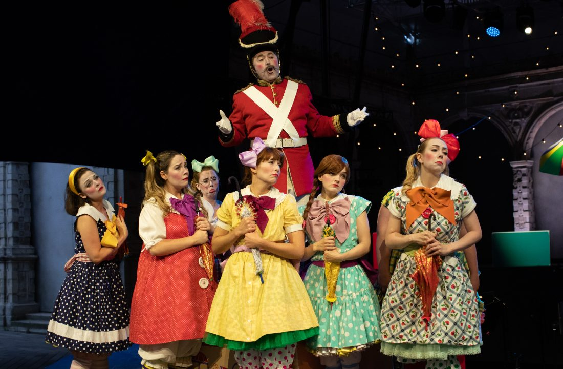 Richard Burkhard as Major-General Stanley, Daisy Brown as Mabel, Alys Roberts as Edith, Sophie Dicks as Kate and Lotte Betts-Dean as Isabel with members of the Opera Holland Park Chorus in The Pirates of Penzance at Opera Holland Park, 2021 © Ali Wright