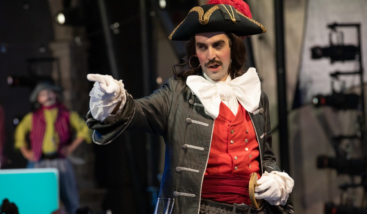 John Savournin as The Pirate King in The Pirates of Penzance at Opera Holland Park, 2021 © Ali Wright
